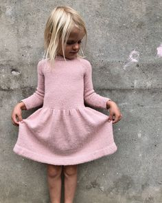 Karlas kjole - Lilly is Love Knitting For Kids, Baby Knitting, Dress Patterns, Knitting Patterns, Pull Grosse Maille, Ravelry, Knit Baby Dress, Sport Weight Yarn, Work Tops