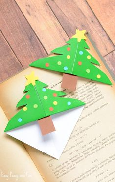 Christmas Tree Corner Bookmarks - Origami for Kids - Easy Peasy and Fun If your kids are eager to make their own DIY gifts for Christmas these Christmas Tree Corner Bookma Origami Christmas Tree, Cute Christmas Tree, Christmas Books, Christmas Crafts For Kids, Xmas Crafts, Kid Crafts, Christmas Activities, Origami Simple, Easy Origami For Kids