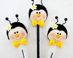 Lápis ou caneta c/ ponteira abelhinha Felt Diy, Felt Crafts, Diy And Crafts, Cowboy Baby Clothes, Pen Toppers, Bee Party, General Crafts, Felt Dolls, Felt Ornaments