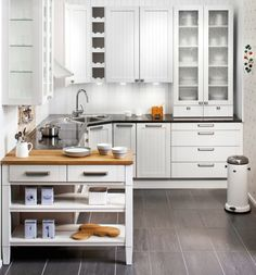 Haluatko kotiisi tuulahduksen menneiden aikojen romantiikkaa? Moderniakin keittiötä voi helposti maustaa perinteisillä elementeillä, kuten lasivitriineillä. Suoralinjaiset, koivuiset urapeiliovet on maalattu valkoisella kuultosävyllä. Kontrastia niille tuo musta, kestävä ja helppohoitoinen kivitaso.