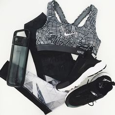 Getting graphic with @nikewomen and @teamjaggad 〰 #AAFitKit #rssau #flatlay #flatlayapp #flatlays @athleticaesthetic_