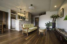 和室をなくして広々したリビング・ダイニングに。床は無垢のウォルナット、壁は珪藻土で仕上げました。掃き出し窓の前にはステンドグラスや気泡入りガラスをはめ込んだ木窓を設置。エアコンも木製のルーバーで目隠ししています。築40年のマンションをナチュラルアンティーク風に