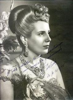 Muchas personas le encantaba a Eva Perón porque ella ayudó ganar derechos para mujeres y los pobres en Argentina. Pero mucha gente tenía miedo de ella también porque fue muy popular y potente. Muchas de estas personas critcaron Eva y su esposo Juan Peron. -Erin Fagan