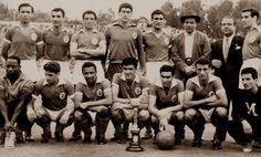 Equipa do SL Benfica que conquistou a Taça de Portugal de 1956/57. De Pé : Jacinto, Pegado, Zézinho, Bastos, Serra, Otto Glória, (?) e Ângelo. Agachados : Mão-de-Pilão (Massagista), Palmeiro, Coluna, Águas, Salvador, Cavém e (?).