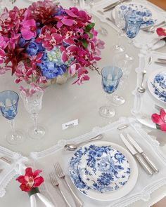 Wedding table linens blue centerpieces for 2019 Dresser La Table, Blue Centerpieces, Beautiful Table Settings, Wedding Table Flowers, Table Set Up, Dinning Table, Elegant Table, Decoration Table, White Decor