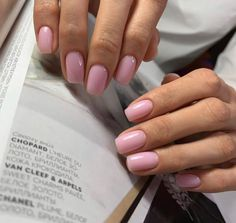 On average, the finger nails grow from 3 to millimeters per month. If it is difficult to change their growth rate, however, it is possible to cheat on their appearance and length through false nails. Pink Nail Colors, Pink Nails, Glitter Nails, Stylish Nails, Trendy Nails, Nail Manicure, Nail Polish, Nails Opi, Short Nail Designs