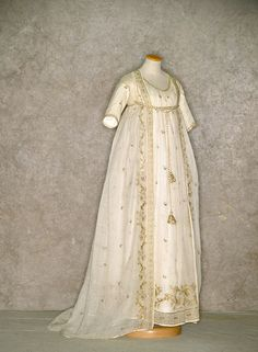 1805 dress worn by Queen Caroline Bonaparte, sister of Napoleon I 1800s Fashion, 18th Century Fashion, Vintage Fashion, 19th Century, Antique Clothing, Historical Clothing, Vintage Gowns, Vintage Outfits, Victorian Dresses