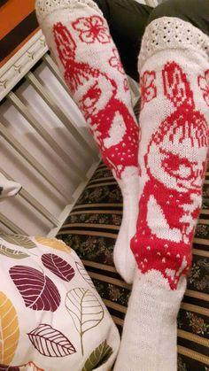Pakko tunnustaa, että tänä jouluna en antanut yhtään itsetehtyä joululahjaa. Syksy ja alkutalvi on ollut kovin kiireinen muilla elämän alue... Diy Crochet And Knitting, Knitting Socks, Tove Jansson, Patterned Socks, Knitting Designs, Christmas Stockings, Crochet Patterns, Textiles, Embroidery