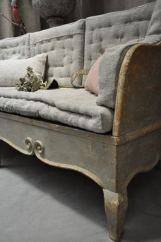 gris sur gris antique swedish daybed sofa in grey Painted Furniture, Furniture Design, Swedish Interiors, Beautiful Houses Interior, Piece A Vivre, Take A Seat, French Decor, Furniture Inspiration, Sofa Chair