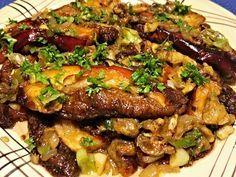 Plátky hřibů zprudka orestované na oleji, servírované pokladené směsí ze zbytků hub, strouhanky, česneku a jarní cibulky, ochucené citronovou šťávou. Vegetable Recipes, Stuffed Mushrooms, Pork, Food And Drink, Beef, Chicken, Vegetables, Cooking, Health