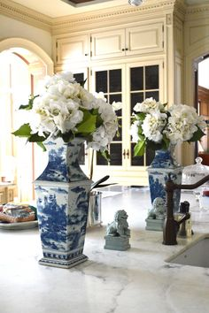 cream cabinets, blue and white vases, marble countertop, bronze fixtures Br House, Blue And White Vase, Enchanted Home, Chinoiserie Chic, Blue China, Love Blue, White Rooms, White Houses, Elegant Homes