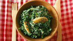 """Salade de choux kale à l'orange et au sésame -  """"... 2. Pour la vinaigrette, mettre dans un petit bol le tahini, l'échalote et l'ail et ajouter graduellement le tamari, le vinaigre balsamique, le sirop d'érable et je jus d'orange. Mélanger jusqu'à obtenir une vinaigrette crémeuse.  3. Verser la vinaigrette sur le kale déchiqueté et masser les feuilles de kale à pleine main pour bien les imprégner de vinaigrette et pour les attendrir. ..."""""""
