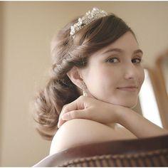 結婚式の髪型をお考えの花嫁さん♡ 小さい頃に、誰もが一度は憧れたことのある 「ティアラ」 を身につけてみるのはいかがでしょう? 王道のスタイルではありますが、花嫁さんからの支持率はNo.1**。そこで、今回は、おしゃれ花嫁さんから人気の 「ティアラヘア」 についてまとめてみました♪ | ページ2