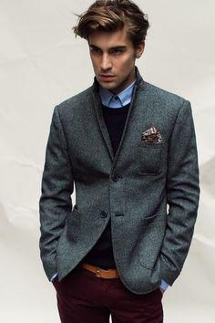 2014-11-25のファッションスナップ。着用アイテム・キーワードはオックスフォードシャツ, ジャケット, チノパン, テーラード ジャケット, ニット・セーター, ポケットチーフ,etc. 理想の着こなし・コーディネートがきっとここに。| No:68551