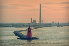 Poolbeg Lighthouse against an evening sky in Dublin Bay, Ireland. From 12 amateur photos that will make you fall in love with Ireland all over again. Dublin Bay, Dublin Ireland, Seattle Skyline, New York Skyline, Ireland Homes, Most Beautiful Images, Evening Sky, Photography Competitions, Ireland Travel