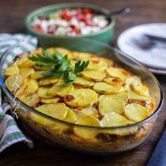 Moussaka på Balkans vis😍 Potatis varvad med köttfärs i form och sen häller man en krämig äggstanning över🤤 Det här med shopska sallad var magiskt👌 Recept hittar du längst upp på bloggens startsida, gå till zeinaskitchen.se ❤ I inlägget har jag även länkat till recept på shopska sallad och grekisk moussaka🎉 Turkish Recipes, Ethnic Recipes, Musaka, Zeina, Gnocchi, I Love Food, Squash, Camembert Cheese, Potato Salad