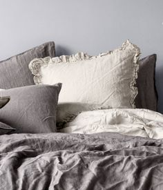 PREMIUM QUALITY. Pillowcase in washed linen with ruffled trim. Tumble drying will help keep linen soft. Thread count 104.