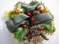VTG.CHRISTMAS GREEN PLASTIC HOLLY LEAVES GOLD TINSEL PINE CONE BERRY CORSAGE PIN