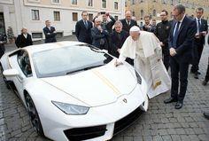 Regalan Lamborghini al Papa; lo subastará y destinará el dinero a obras de beneficencia | El Puntero