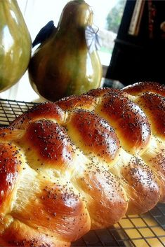 Challah - throw 2 eggs + 1 yolk in the dough (use white to brush on top). Use half all purpose flour and half bread flour. Fiber with foil after 20 min of baking. Jewish Recipes, My Recipes, Bread Recipes, Cooking Recipes, Favorite Recipes, Passover Recipes, Pastry Recipes, Holiday Recipes, Dinner Recipes
