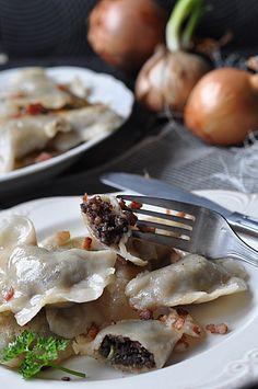 Pierogi z kaszanką i karmelizowaną cebulą Polish Food, Polish Recipes, Gnocchi, Pasta Recipes, Camembert Cheese, Meat, Chicken, Caramelized Onions, Recipies