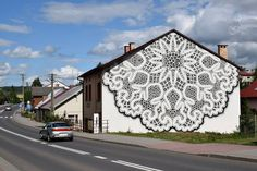 レース装飾のような壁画で家をメルヘンチックにするストリートアート