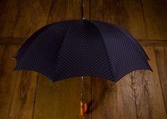 #Schirm mit orangem #Ledergriff und #Stoffebezug in Dunkelblau und Braun mit #Punkten Ihre stilvollen Begleiter bei jedem Wetter: Hochwertige, in #Handarbeit gefertigte #Regenschirme von Vickermann & Stoya.