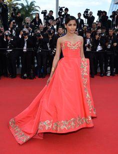 C'est Cannes! - Freida Pinto in Oscar de la Renta