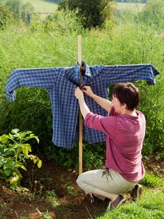How to Make a Scarecrow to Frighten Unwanted Critters From Your Garden Small Vegetable Gardens, Veg Garden, Fruit Garden, Garden Crafts, Diy Garden Decor, Garden Ideas, Scarecrows For Garden, Make A Scarecrow, Cool Things To Make
