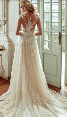 Wedding Dress: Nicole Spose
