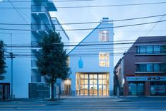 Blue Bottle Coffee Nakameguro Cafe is a minimal cafe located in Tokyo, Japan, designed by Schemata Architects. Visual Merchandising, Navy Blue Houses, Cafe Design, House Design, Store Design, Diy Interior Doors, Blue Cafe, Blue Bottle Coffee, Japanese Minimalism