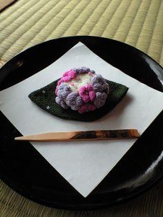 紫陽花 - Hydrangea blossom ... Note: This is NOT edible as it is constructed from silk chirimen fabric ... Love the detail!!!