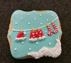 Some of the best decorated Christmas cookies! Make Christmas cookie ornaments for the Christmas tree and Christmas parties this year. Different cookie recipes, (some easy recipes) with some gluten free and vegan as well. Fancy Cookies, Iced Cookies, Cute Cookies, Holiday Cookies, Cupcake Cookies, Cupcakes, Shortbread Cookies, Christmas Cookie Icing, Christmas Sweets