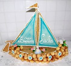 Beautiful piece mounted for this baptism. Congratulations to the pastry chef! Beautiful piece mounted for this baptism. Well done to … - Pastry Art, Pastry Chef, Theme Bapteme, Croquembouche, Tumblr Food, Eclairs, Unique Recipes, Hobbies And Crafts, Communion