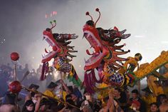 En images : La Chine rurale fête son mythique dragon Dragons, Reportage Photo, Chinese Dragon, Images, Painting, Mythical Creatures, Painting Art, Paintings, Painted Canvas