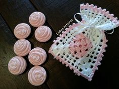 Idea for adding soap. Source by nilcampos The post Idea for adding soap. Crochet Sachet, Free Crochet Bag, Crochet Baby Boots, Crochet Pouch, Crochet Purses, Crochet Gifts, Crochet Stitches Patterns, Crochet Designs, Stitch Patterns