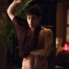 You don´t have to put a shirt on because of us :D Shadowhunters Malec, Clace, Matthew Daddario Shirtless, Series Movies, Tv Series, Italian Memes, Magnus And Alec, Fictional Characters, Moda Masculina