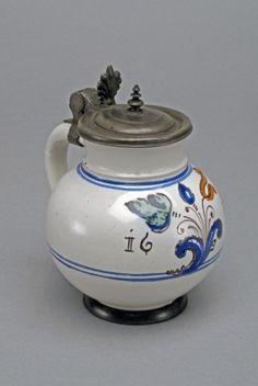 Kanna ónfedéllel - 2. korszak (1622-1665) a magyar ízlés lassan uralomra jut, a szigorú konvenciókat áttöri, színvilága tüzesedett, magyaros, törökös motívumokkal gyarapodott, a figuralitást, és kompozíciós  elrendezést is átvette. Hungarian Embroidery, Sgraffito, Embroidery Patterns, Pottery, Tips, Clothing, Home Decor, Jute, Beer