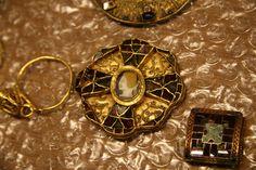 Fibule au camée, en argent, grenat, or et verre, VIIe siècle. (C) MAN / P. Fallou