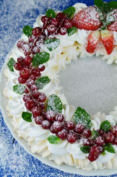 Coronita Pavlova - CAIETUL CU RETETE Romanian Desserts, Sweet Cakes, Pavlova, Something Sweet, Sweet Dreams, Christmas Time, Fondant, Dessert Recipes, Thanksgiving