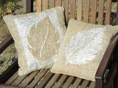 Tutorial em http://www.viladoartesao.com.br/blog/2011/10/como-fazer-uma-almofada-decorada-com-pintura-em-stencil/