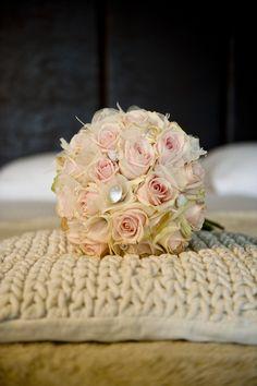 Eenvoudig maar prachtig bruidsboeket met rozen en schelpen  www.sjurlie.nl