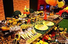 Decoração festa construção! Linda mesa tema construção com caminhão, trator, mineração e alegria! Aniversário do Rodrigo! mesa decorada construção 2