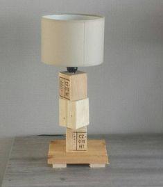 Lampe de chevet en bois de palette, modèle Cube, pièce unique!!!! Superposition de cubes de bois palettes, mélange de tons et des matières . Abat-jour tissu gris ou blanc. Dimensions : 13,5cm x 14,cm pour la base, hauteur 42 cm