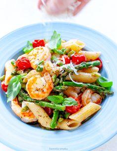 Makaron z krewetkami, szparagami i pomidorkami