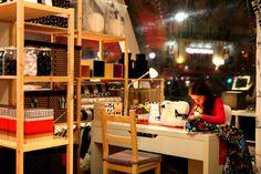 IKEA s'associe avec ubi bene pour mettre sur pieds la 1ère Textilerie éphémère sur le parvis st lazare. Un espace unique de conseil, création et découverte autour du textile de déco  Avec le soutien de MediaTransports-Pôle Gares, c'est un « atelier cathédrale » de 150m²  tout en transparence qui s'élèvera jusqu'à 9m de hauteur.  Des ateliers DIY quotidiens, la façade de la gare animée chaque soir par des projections et stylistes à la disposition des visiteurs de 8h à 20h…