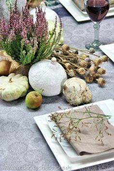 gedeckter Tisch im Herbst mit natürliche Materialien