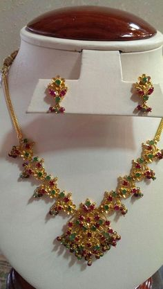 Jewellery Shops In Chicago Necklace Set With Earrings Gold Gold Jhumka Earrings, Gold Earrings Designs, Gold Jewellery Design, Necklace Designs, Gold Jewelry Simple, Gold Rings Jewelry, Necklace Set, Emerald Necklace, Choker Necklaces