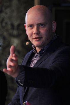 """Jakob Engel-Schmidt, dir. Niels Brock.   (Fotograferet i Børsen ved Dansk Erhvervs arrangement """"OK Computer"""")"""