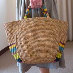 ナチュラルな素材感が春夏にぴったりのラフィアのトートバッグ。 新作はボーダー柄とポケットがポイントです。 かるくて丈夫なラフィアの手編みバッグは、夏のリゾートにもピッタリ。 &nbs